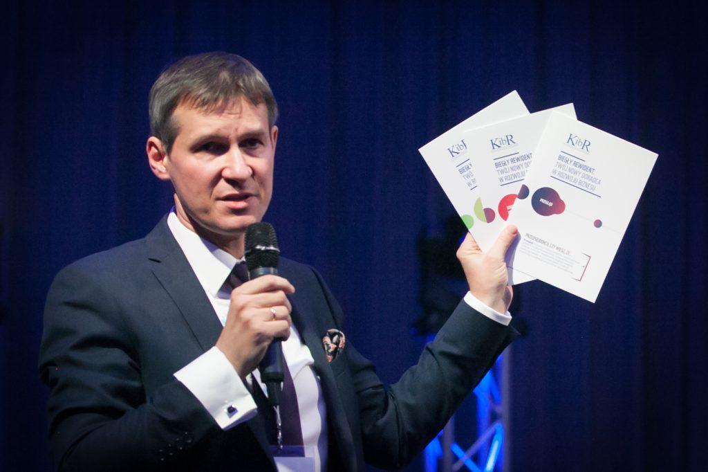 Prezes samorządu zaprezentował uczestnikom dyskusji środowiskowej nowe materiały promujące profesję biegłych rewidentów